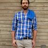 Pantalones básicos beige, jersey básico azul y camisa de cuadros de Mango H.E.