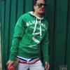 Suéter y pantalón corto blanco de Base. Gafas de Hawkers