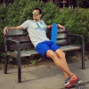 Camiseta y  pantalón corto azul de Base. Gafas de sol Hawkers