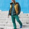 Camisa, chaleco y pantalones Timberland. Cascos Sony. Calzado New Balance