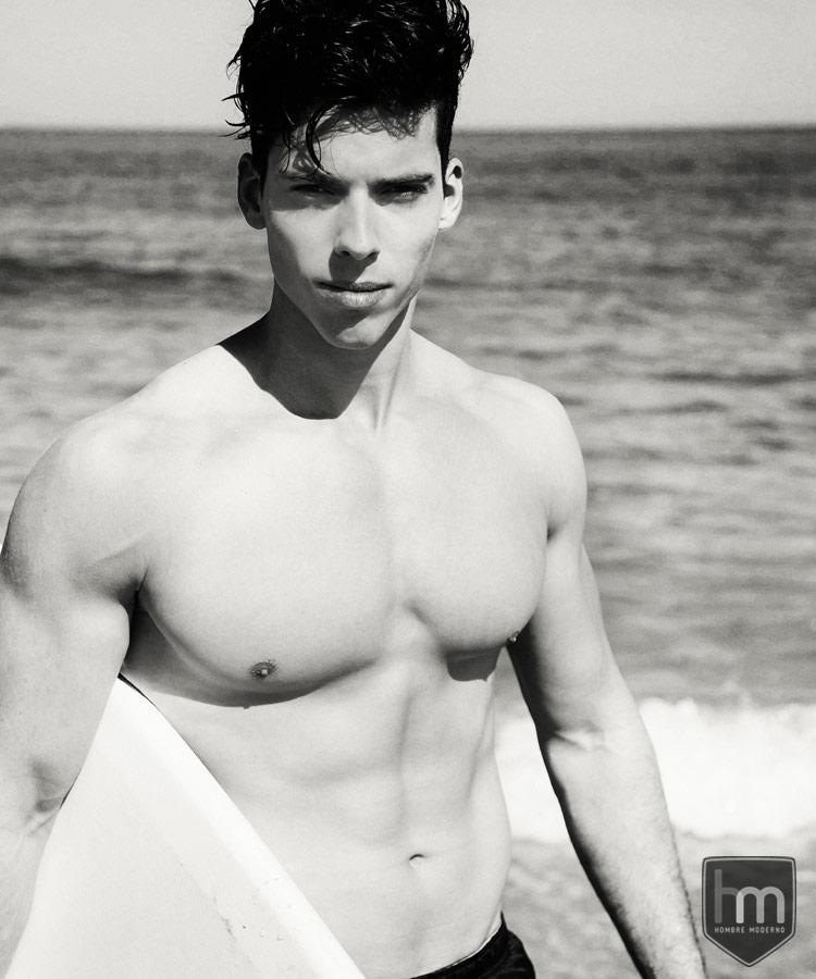 En la playa con su surf