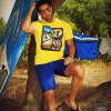 Camiseta y bermudas de Base & gafas de sol Hawkers