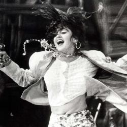 Una joven Madonna dando el cante