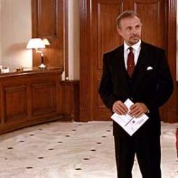 ¡Cómo olvidar al director del hotel! Héctor Elizondo fue el encargado de asumir su papel