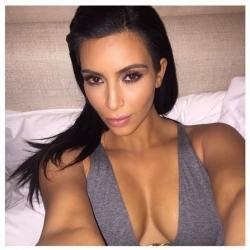 Le sigue Kim Kardashian