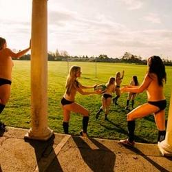 Equipo de rugby al desnudo