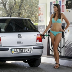 Chicas en bikini, gasolina rebajada